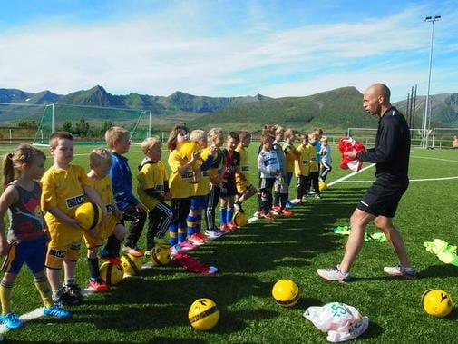 En trener som trener barn