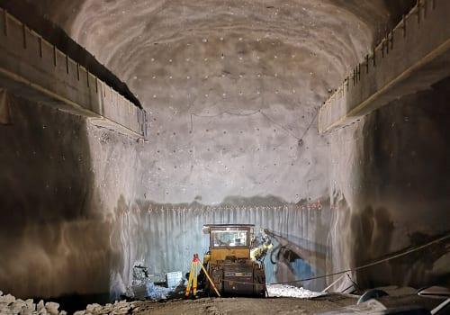 Traktorgraver som arbeider i en gruve