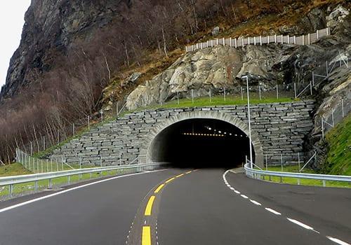 En Atlas Boomer i en mørk tunnel